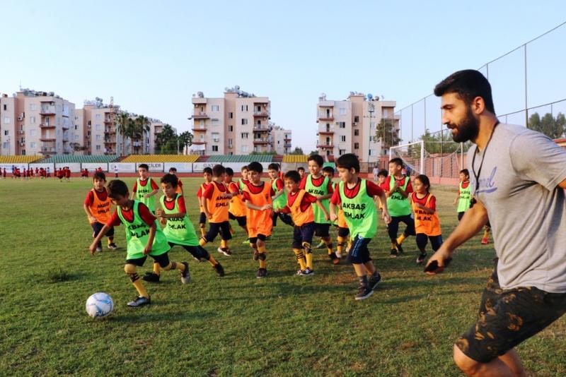 Antrenör muhtar Aziz Filiz, mahalledeki çocuklara ücretsiz futbol kursu veriyor