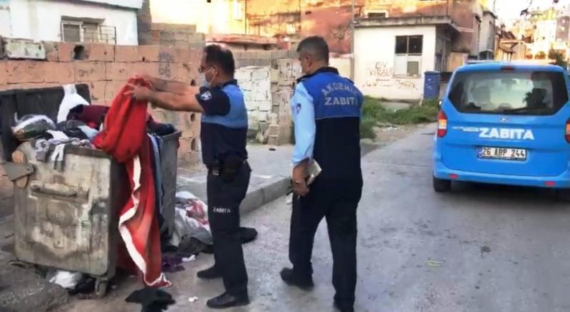 Çöpe atılan Türk bayrağını zabıta çıkardı