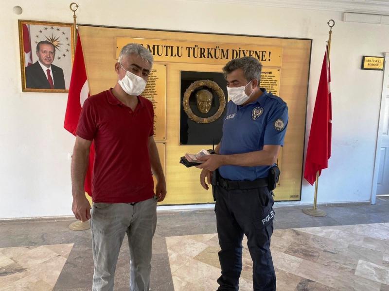 Duyarlı vatandaştan örnek davranış; yolda bulduğu parayı en yakın polis merkezine götürdü