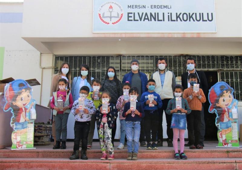 Eczacılardan öğrencilere maske ve dezenfektan desteği