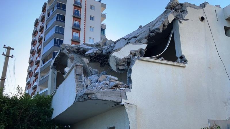 İş makinesi bir dokundu, minare böyle yıkıldı