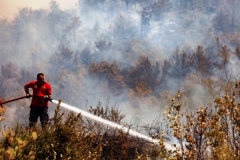 İtfaiye erleri yangını söndürmek için canla başla mücadele ediyor