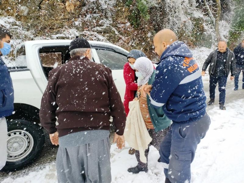 Karda mahsur kalan yaşlı çift, belediye ekiplerince kurtarıldı