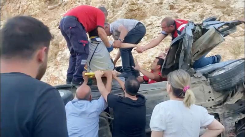 Kaza yapan otomobilde sıkışan yolcu itfaiye tarafından kurtarıldı