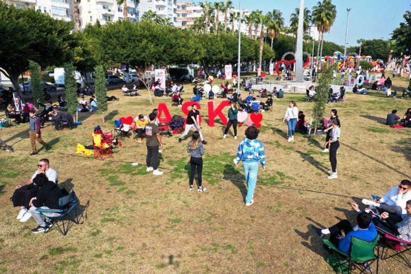 Mersinlilere dans sürprizi: Sahili temizlerken birden dans etmeye başladılar