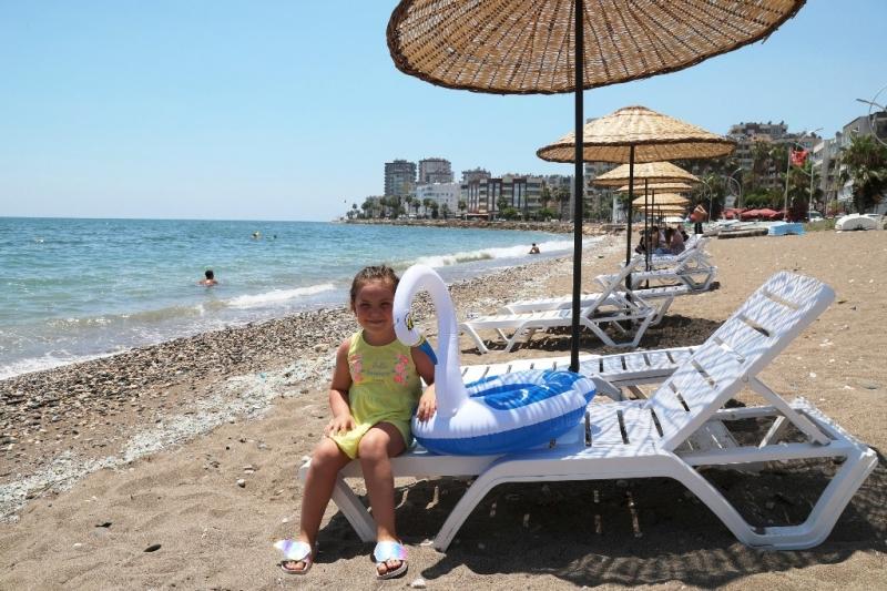 Mezitli'de sahillere şemsiye ve şezlong yerleştiriliyor