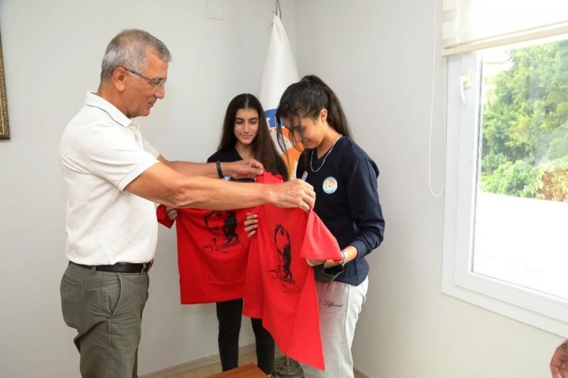 Mezitlili voleybolcular, transfer sevinçlerini Başkan Tarhan ile paylaştı