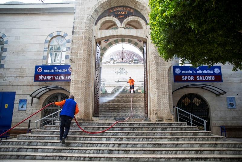 Sokaklar boşalıyor, Mersin Büyükşehir Belediyesi ekipleri gece-gündüz temizlik yapıyor