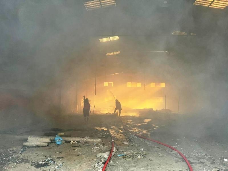 Tarsus'ta kullanılmayan fabrika alanında yangın